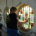 onze medewerker Markus plaatst een glas in lood raam