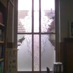 raam in kozijn gezandstraald