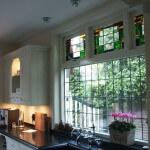 glas in lood in moderne keuken