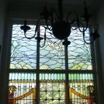 glas in lood ontwerp met duif lucht en landschap